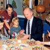 Lauchhammer:  Dietmar Woidke verziert Lebkuchen