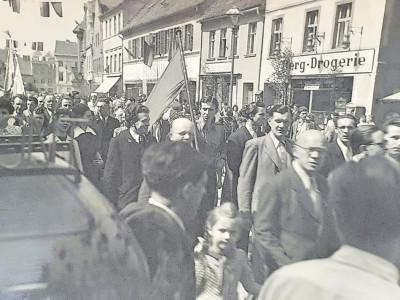 Altes Spremberg: Maidemonstration vor 70 Jahren in der Langen Straße