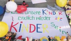 Spielerische Corona-Protest besorgter Eltern in Senftenberg