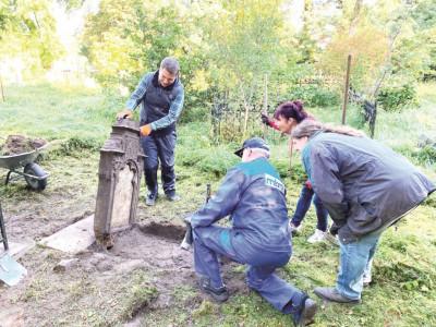 Museumsverein Forst hilft polnischen Friedhof wieder herzurichten