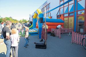 Sonntag: Geburtstagsfete im Neiße-Center mit Kräutern, Mode und Sven Loichen