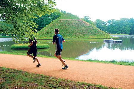 Branitzer Seepyramide vor Enthüllung an diesem Sonntag, 30.8.15