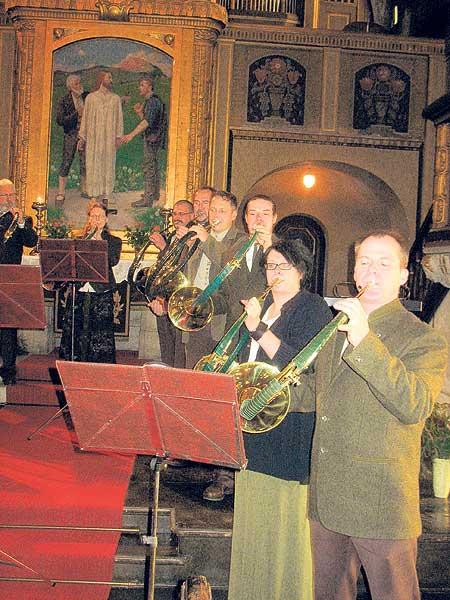 Die Geierswalder Jagdhornbläser begleiten den Hubertusgottesdienst in der Briesker Kirche schon von Beginn an F.: TRZ
