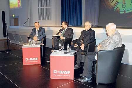Podiumsdiskussion zum 25.Jahrestag der BASF Schwarzheide GmbH mit dem langjährigen Betriebsratsvorsitzenden Ralf Korpjuhn, Moderator Björn Berghausen, dem Geschäftsführer Technik, Fritz Hofmann, sowie dem früheren Generaldirektor Dr. Hans-Joachim Jeschke Foto: T. Richter-Zippack