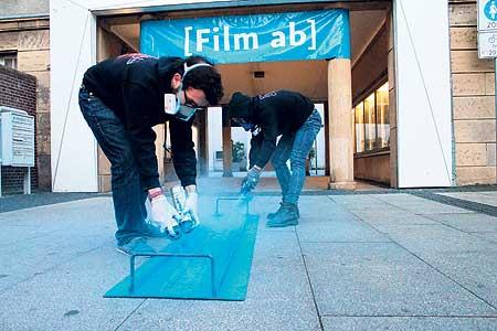 Seit Donnerstag weisen blaue Filmrollen auf einer Strecke von 5,5 Kilometern den Weg zu den Spielstätten des FilmFestivals. Zum silbernen Geburtstag mit unglaublichen 200 Filmen auf Foto: FilmFestival-Archiv