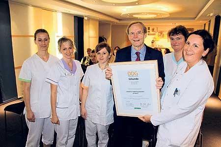 Dr. Dietrich Garlichs übergibt das Zertifikat dem neuen Diabetiker-Team des Spremberger Krankenhauses Foto: T. Richter-Z.