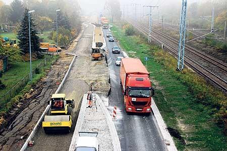 Laut dem Landesbetrieb Straßenwesen liegen die Arbeiten an der Sedlitzer Ortsdurchfahrt zur Zeit im Plan Foto: T. Richter-Z.