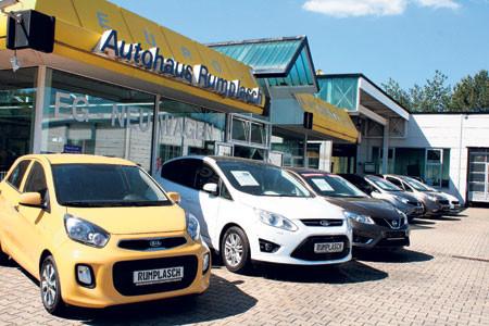 """Im """"Autohaus Rumplasch"""" können die Kunden ihr Wunschauto, gleich welcher Marke und welchen Typs, bestellen"""
