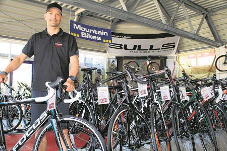 """Die Firma """"Zweirad Hübner"""" bietet neben mehr als 950 verschiedenen Markenrädern aller Kategorien auch eine große Auswahl an Sport- und Rennmaschinen an. Bahnrad-Weltmeister Marc Altmann ist beim Kauf ein professioneller Berater"""