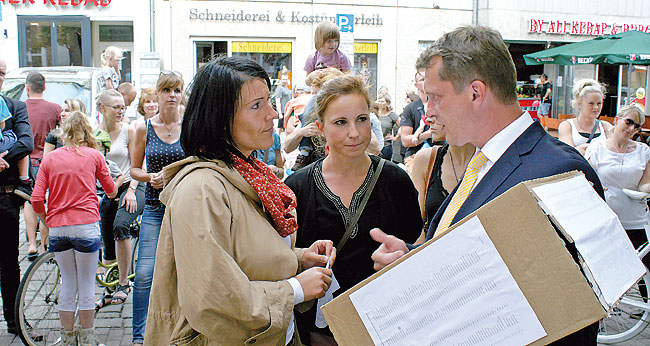 Trubel um Kita-Gebühren vor dem Cottbuser Rathaus