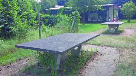 """Ströbitzer Badesee: Es gibt noch die Tischtennisplatten und auch den """"Kiosk am See"""" hält """"Elfi"""" noch gelegentlich offen"""