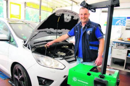Hier stellt Fachmann Marten Böttcher vom Ford-und Volvo-Autohaus Krause & Sohn bei einem Ford-C-Max die Scheinwerfer auf die richtige Höhe ein Foto: TRZ