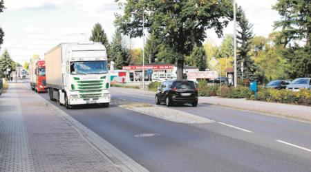 Der Lkw-Verkehr auf der Gallinchener Hauptstraße soll mittelfristig auf die Ortsumfahrung verlagert werden. Doch vor dem Jahr 2030 sind die Chancen auf Realisierung gering Fotos: TRZ