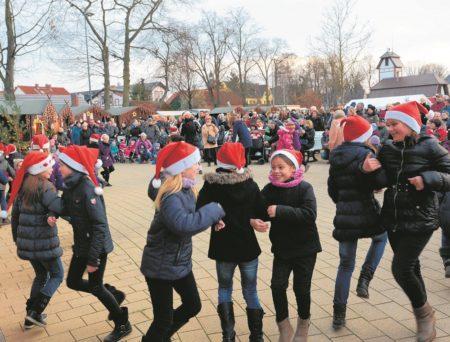 Viel Schwung bringen die tanzenden Zipfelmützen auf den Burger Festplatz zum Weihnachtsmarkt. Marikas Kindertanzakademie ist hier am 3. Dezember um 15 Uhr zu erleben. Sonntag (4.12.) tanzen hier die Werbener Fußball Girls Foto: M. Klinkmüller