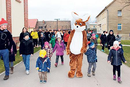 Eiersuche auf dem Gutsgelände am 2. April in Neu Sacro