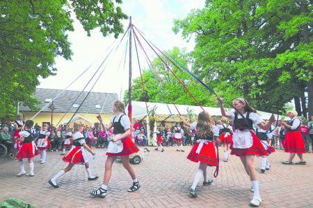 Mit Bändertanz und Räuberbande - Schwarzbach feiert