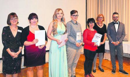 Stolze Gesundheits-Absolventen feiern in Klettwitz