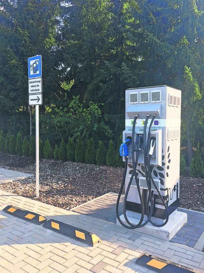 Schnellladesäule für E-Mobile beim Autohaus Schulze in Cottbus