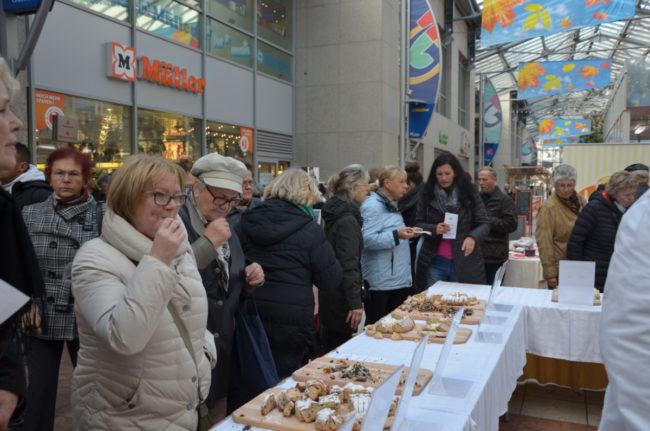 Bäckerhandwerk beweist sich bei der Stollenprüfung in der Spree Galerie Cottbus am 7.11.2018