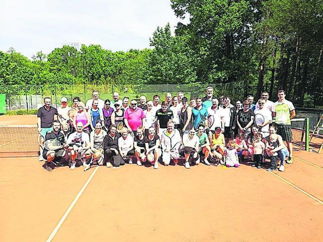 Tennis-Aufschlag im Cottbuser Eichenpark