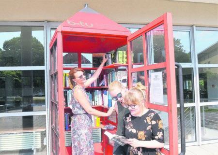 Büchertauschregal in der Telefonzelle in Senftenberg