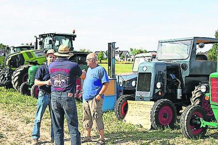 Traktoren und Kutschtaxis beim Krieschower Bauernfest