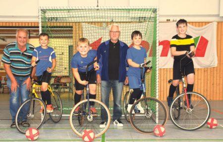 Senftenberg: Sparkasse unterstützt erfolgreiche Radballer