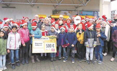 Sängertreffen vorm REWE-Markt in Cottbus