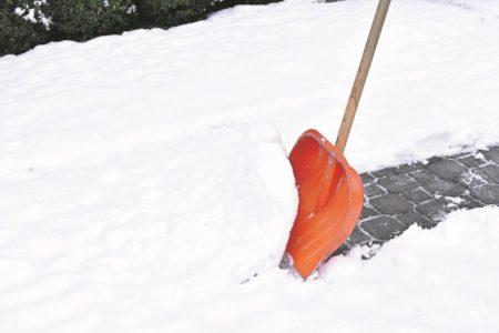 Schneeräumen auf den Bürgersteigen der Region