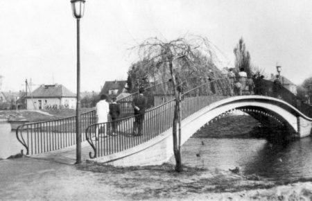 Bilder aus dem alten Senftenberg: Durch die Bogenbrücke fuhren Boote