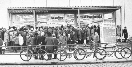 Bilder aus dem alten Cottbus: Das Gedränge vor den neuen Regalen