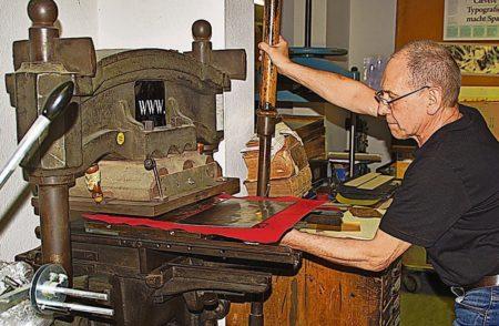 Cottbus: Handwerksmeister fertigt goldenes Buch