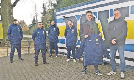 Neue Jacken für Gubener Fußballer
