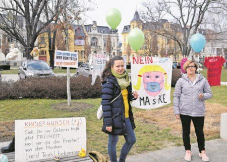 "Initiative ""Bürger für Bürgerrechte"" protestiert vor Cottbuser Stadthaus"