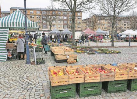 Vielfältiger Wochenmarkt bei Cottbuser Oberkirche