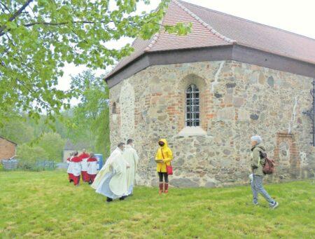 Freiluftgottesdienst in Kirche Bloischdorf